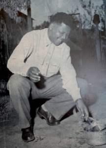 Mandela quemando un pasaporte en 1960 como símbolo de resistencia frente al apartheid