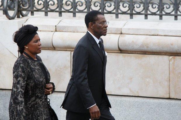 Teodoro Obiang (Guinea Ecuatorial)  y su esposa llegando al funeral de Adolfo Suárez en Madrid