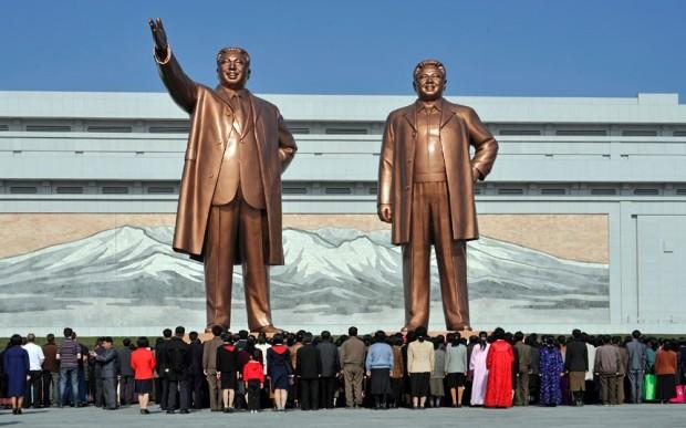 Norcoreanos presentan sus respetos a gigantescas estatuas de Kim Il-sung y Kim Jong-il