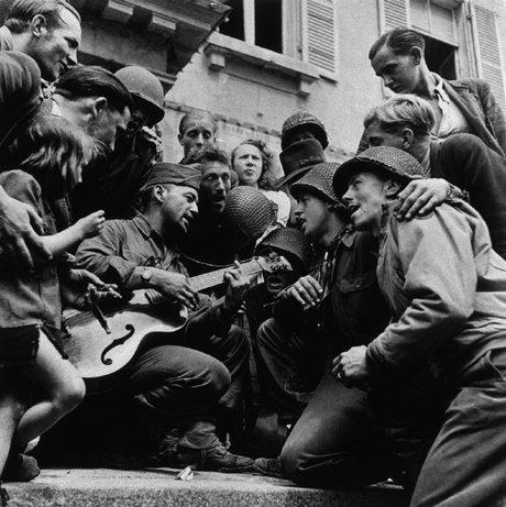 CHERBURGO, Francia—Soldados americanos y ciudadanos franceses celebran su liberación, frente a la municipalidad, 28 de junio, 1944