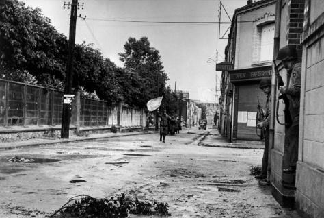 FRANCE. Cherbourg. 26 de Junio de 1944 Soldados alemanes se rinden ante las tropas estadounidenses