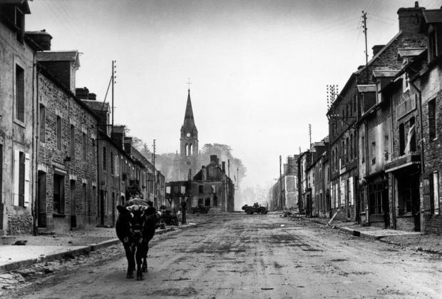 FRANCE. Saint Lô. Julio 26-30, 1944. Soldados estadounidenses llegan y encuentran la ciudad abandonada