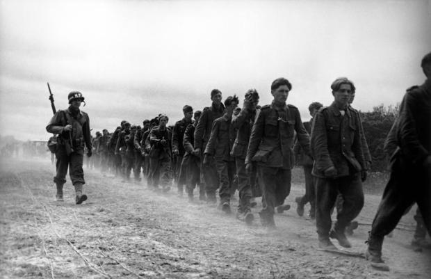 FRANCIA. Normandía. Junio de 1944. Soldados alemanes capturados por fuerzas estadounidenses
