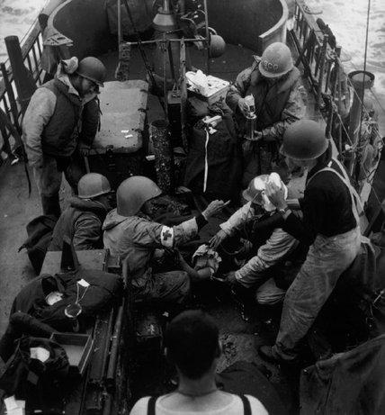 FRANCIA—Doctores americanos en una nave de los EEUU durante la Operación Overlord, 1944