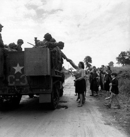 FRANCIA—La población local da la bienvenida a los convoyes americanos avanzando a través de la campiña normanda en Manche, 27 de junio de, 1944