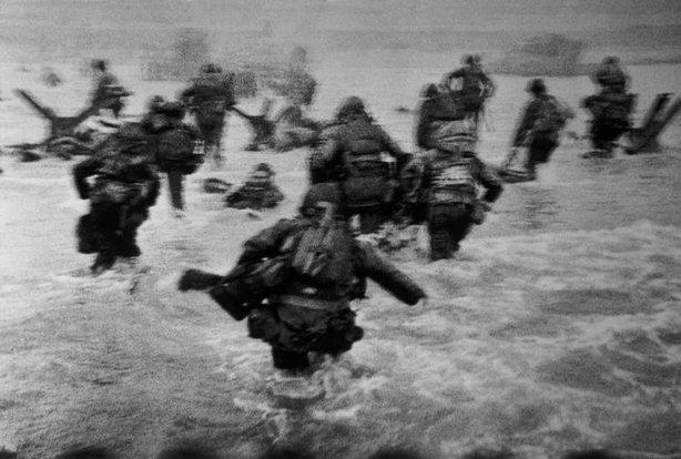 FRANCIA—La primera oleada de tropas americanas desembarca, al amanecer, en Omaha Beach, 6 de junio de 1944