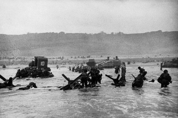 FRANCIA—La primera oleada de tropas americanas desembarca, al amanecer, en Omaha Beach, 6 junio 1944