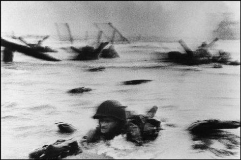 FRANCIA—Un soldado del 16to. Regimiento de Infantería sale del agua en la primera oleada de asalto en el sector Easy Red, Omaha Beach, al amanecer del Día D, 6 de junio de 1944