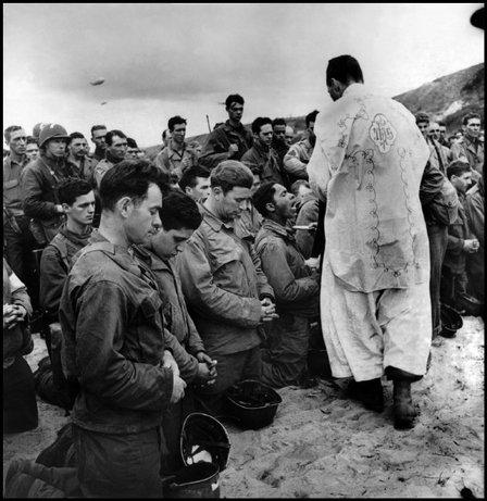 FRANCIA—Una misa de celebración luego del desembarco en Omaha Beach, 1944