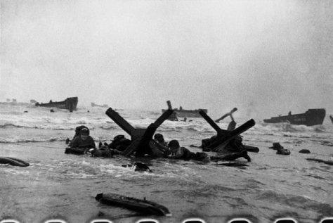NORMANDÍA, France—La primera oleada de tropas americanas desembarca, al amanecer, en Omaha Beach,6 de junio de 1944