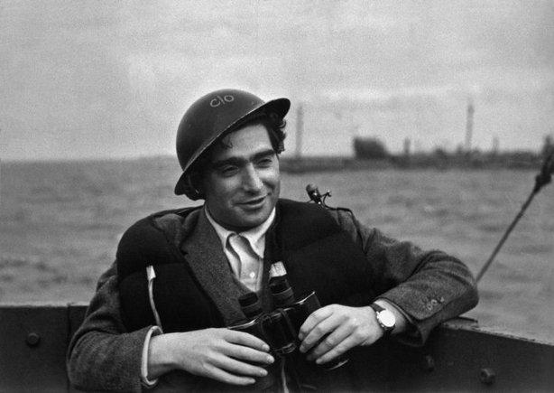 REINO UNIDO—Robert Capa en camino a Omaha Beach, junio 1944