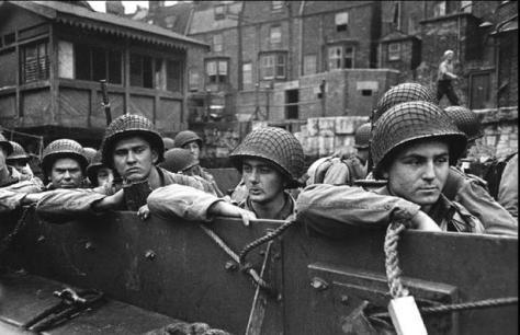WEYMOUTH, Reino Unido—Soldados americanos abordan lanchas de desembarco en camino a Omaha Beach, 1944
