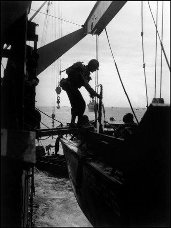 WEYMOUTH, Reino Unido—Soldados americanos abordan lanchas de desembarco en camino a Omaha Beach, junio 1944
