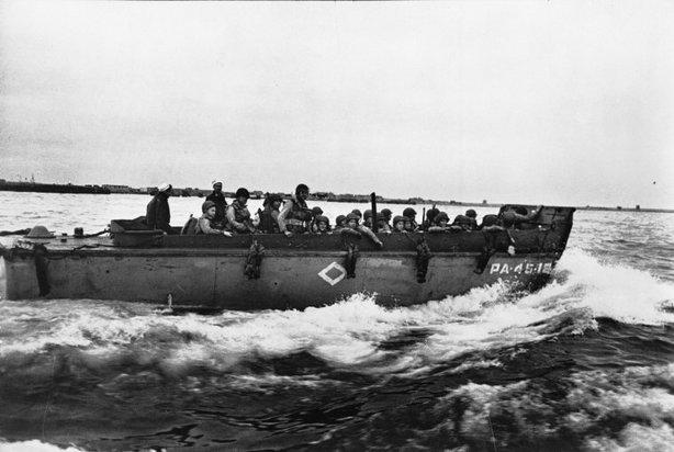 WEYMOUTH, Reino Unido—Soldados americanos en lanchas de desembarco en camino a Omaha Beach, junio 1944